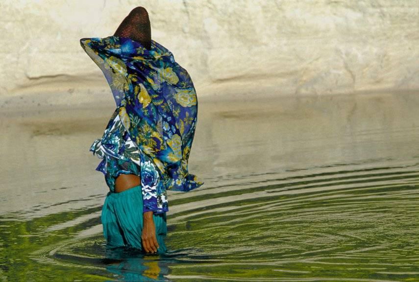 iman-modeling-for-kenzo-styling-by-francoise-havanbrphoto-by-hans-feurer-seychelles-1985